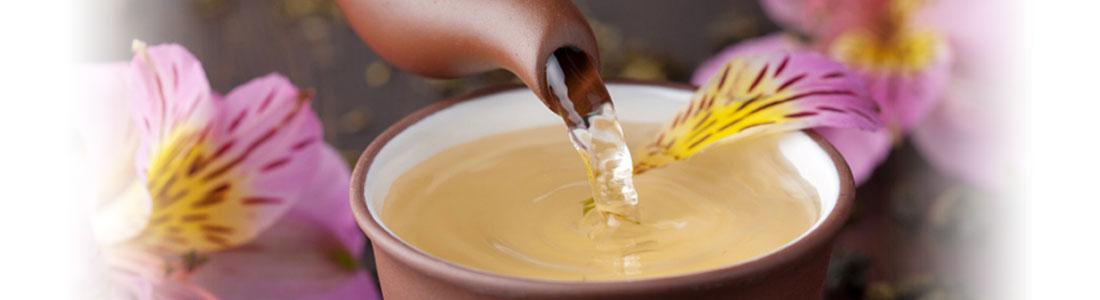 Eine Tasse Tee und Orchideen-Blüten