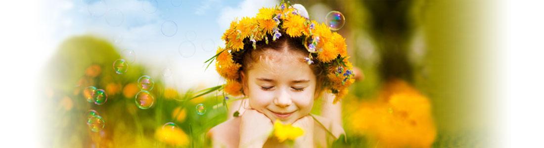 Mädchen mit Blumenkranz auf dem Kopf