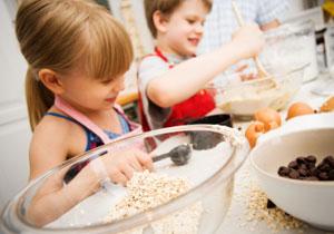 Les enfants cuisinent dans la cuisine
