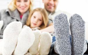 Eine Familie zeigt ihre besockten Füsse
