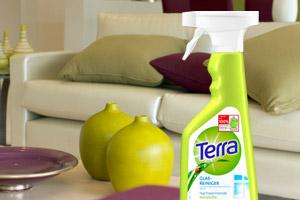 Ein Wohnzimmer mit einer Reinigerflasche auf dem Couchtisch