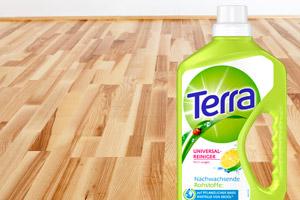 Un plancher en bois avec une bouteille de nettoyant universel