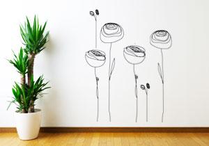 Des tatouages muraux en forme de fleurs décorent un mur