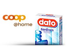 Eine Packung dato Gardinenwaschmittel steht neben dem coop@home Logo