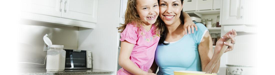 Mutter und Tochter beim Backen