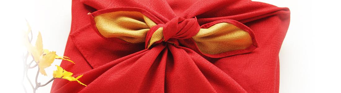 Ein Geschenk in Stoff verpackt