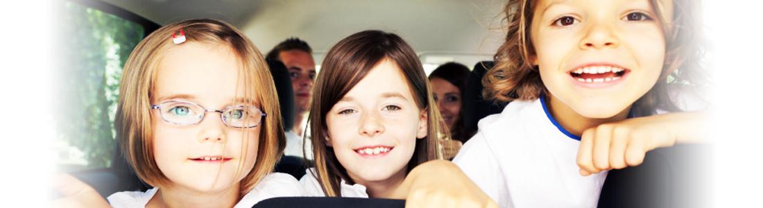 Erwachsene und Kinder in einem Auto