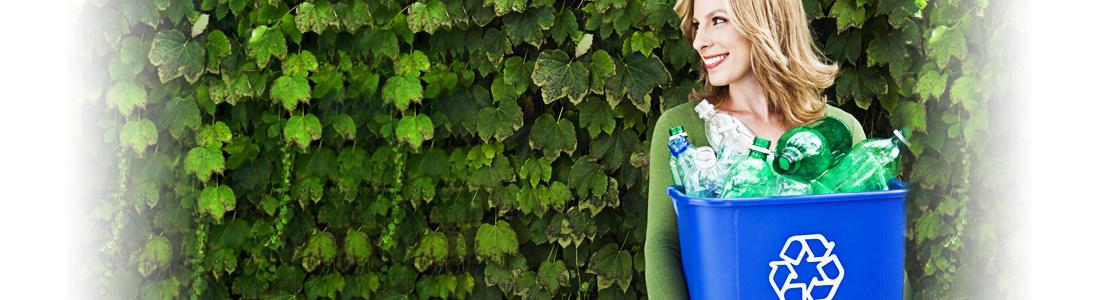 Frau trägt Eimer mit Plastikflaschen zum Recyceln