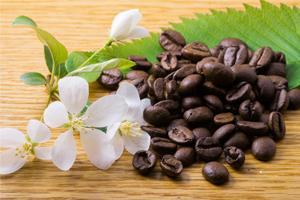 Tischdekoration mit Kaffeebohnen und Blüten