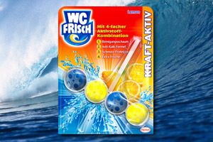 Eine Packung WC FRISCH Kraft-Aktiv steht vor einer großen Meereswelle