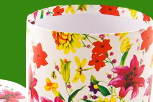 Ein Lampenschirm mit bunten Blüten