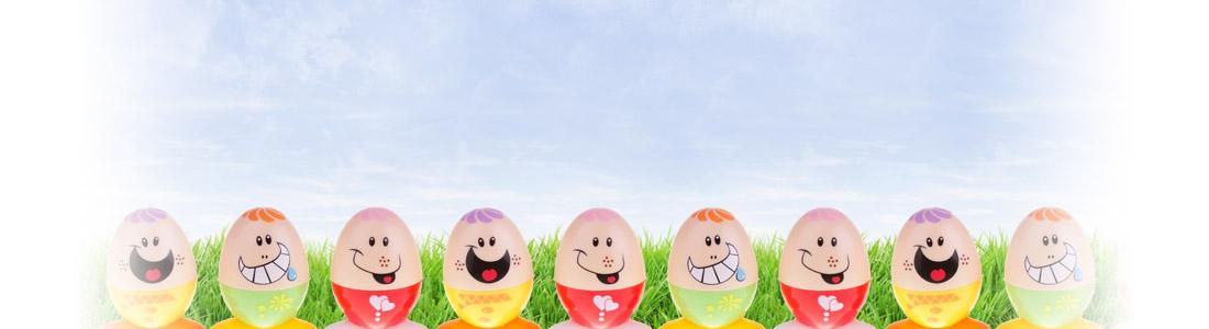 Oeufs de Pâques colorés avec des visages amusants