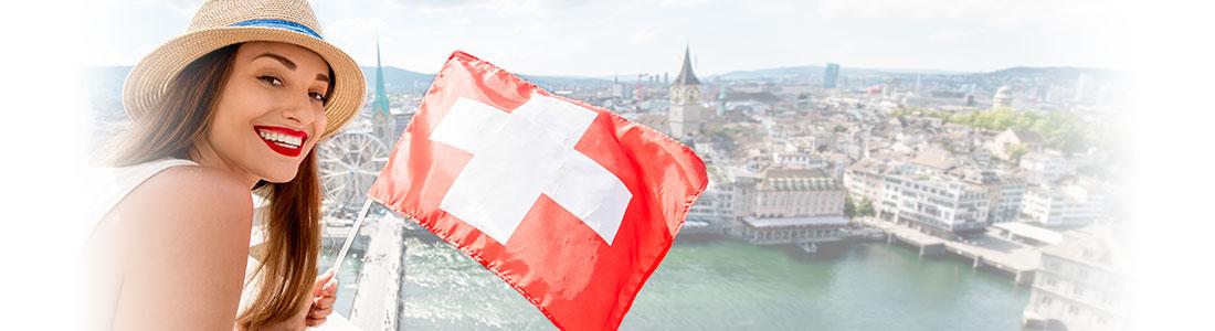 Junge Frau mit Toblerone und Schweizer Flagge