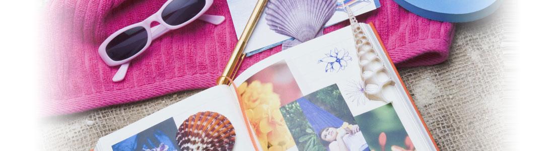 Sommerliche Accessoires und ein Fotoalbum mit Erinnerungen