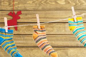 Bastelidee Adventskalender mit Socken und Wäscheklammern