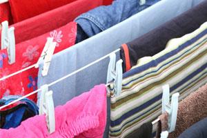 Wäsche trocknen auf dem Wäscheständer im Keller