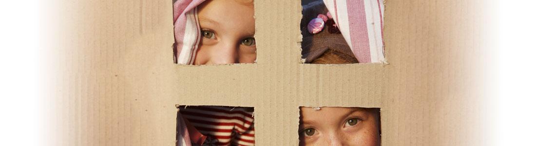 Bastelidee Kinder spielen im Kartonhaus