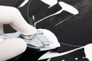 Mit dem Glaskeramikschaber prima Eingebranntes entfernen