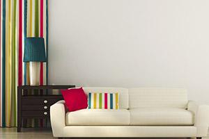 Deko Idee Vorhang mit farblich passendem Sofakissen