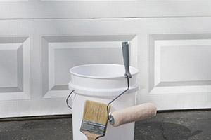 Farbe und Pinsel zum Ausbessern und Renovieren der Garage