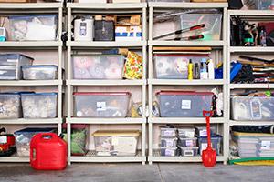 Aufgeräumte Garage mit Regal und Kisten