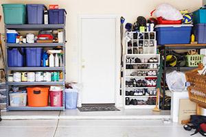 Aufgeräumter Keller oder Dachboden mit Regal und Kisten