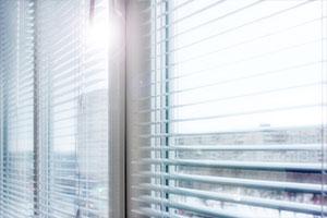 Fenster mit Jalousien für kühle Temperaturen im Sommer