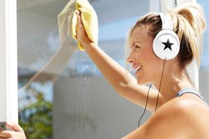 Fit in den Frühling Frau putzt Fenster als Frühjahrsputz Workout