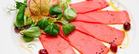Thunfisch-Carpaccio mit Nüsslisalat