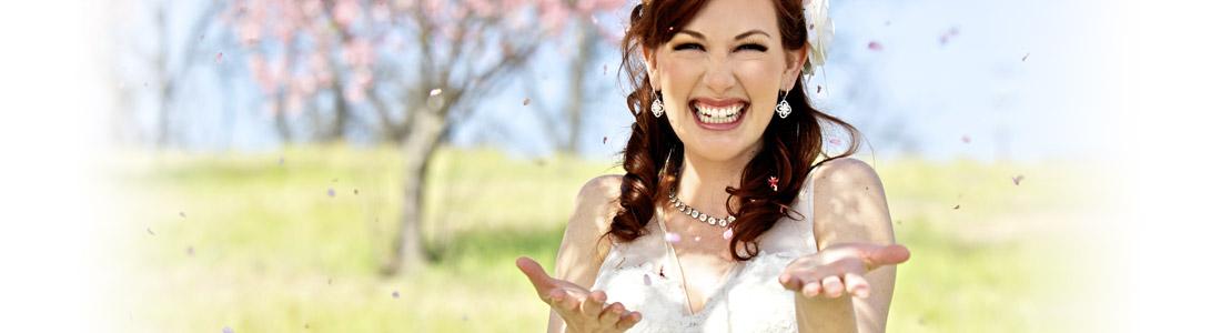 Lachende Braut bei Hochzeit auf Sommerwiese