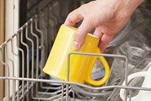 Tipp zum Spülmaschine einräumen: Gläser und Tassen oben in die Spülmaschine