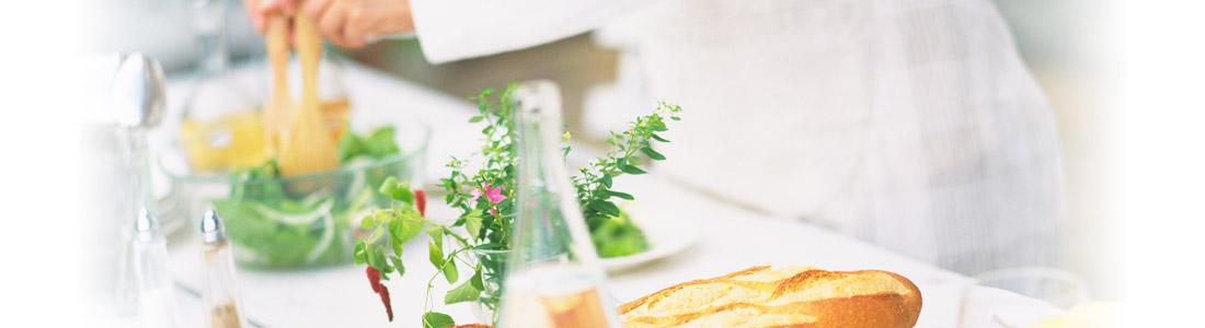 White Dinner Tafel mit weißer Tischdeko, Salat und Brot