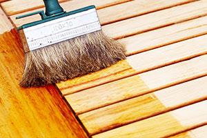 Gartenmöbel aus Holz wird lasiert