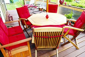 Frisch gewaschene Bezüge auf Gartenmöbel-Sitzgruppe