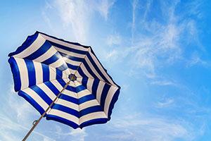 Sonnenschirm mit frischgewaschenem Bezug