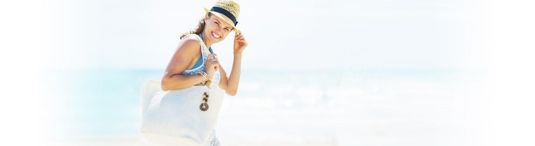 Frau am Strand mit perfekt gepackter Strandtasche