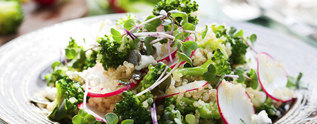 Knackiger Broccoli-Salat mit Orangendressing