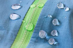 Outdoor-Sportbekleidung: Wasser dringt nicht in Außenschicht
