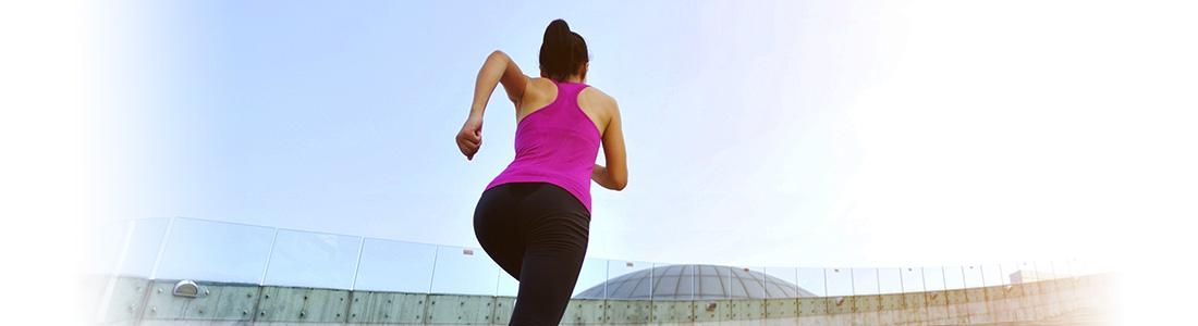 Dame startet ihren Fitness-Lauf in Outdoor-Sportbekleidung