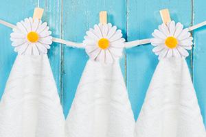 Handtuchhalter mit Klammern und Blumen verziert