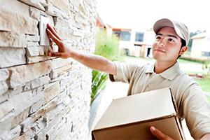 Umzug-Checkliste: Postbote klingelt bei neuer Adresse