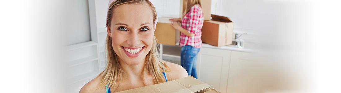 Frau freut sich über gelungenen Umzug dank Checkliste