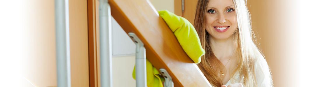 Frau mit Putzlappen im Treppenhaus
