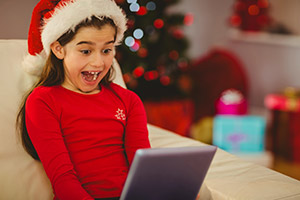 Weihnachten: Mädchen freut sich über kostenlose eBooks