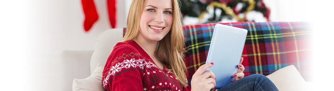 Weihnachten: Frau liest kostenloses eBook