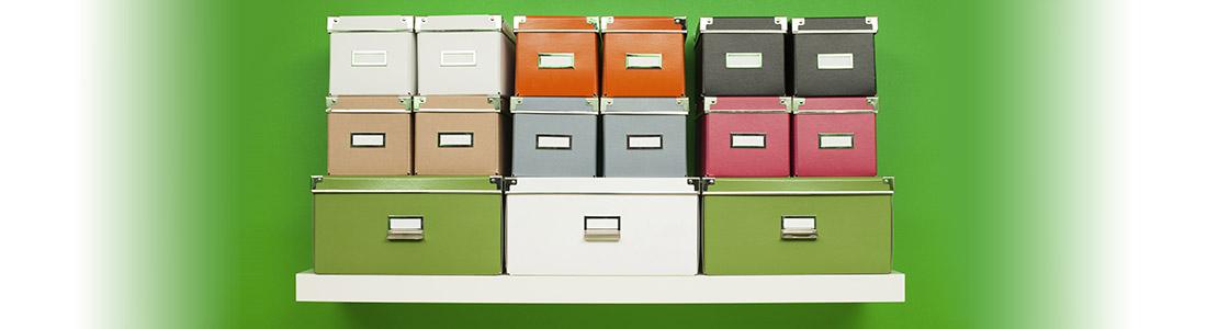 Bunte Kisten und Schachteln auf einem Regal
