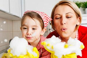 Mutter und Tochter haben Spaß beim Putzen