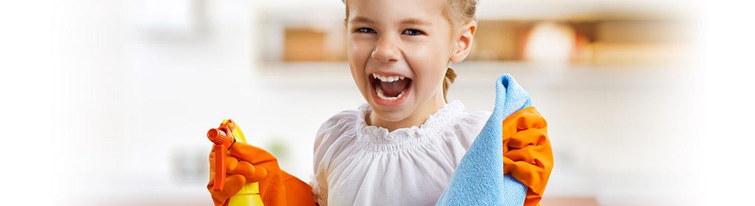 Mädchen hat Spaß beim Putzen