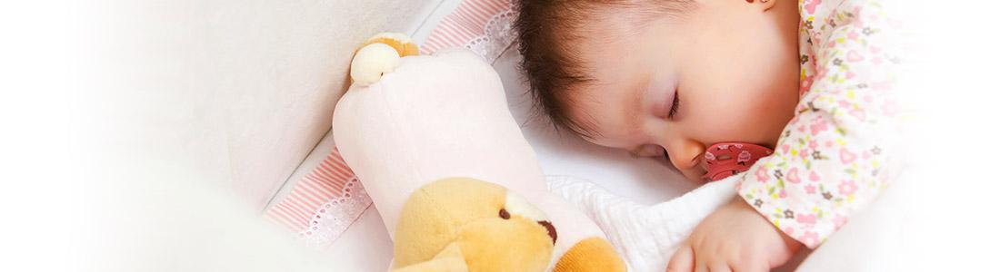 Baby schläft im sauberen Bettchen