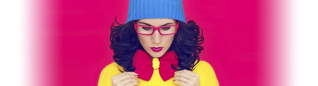 Frau freut sich über frisch gefärbte Kleidung